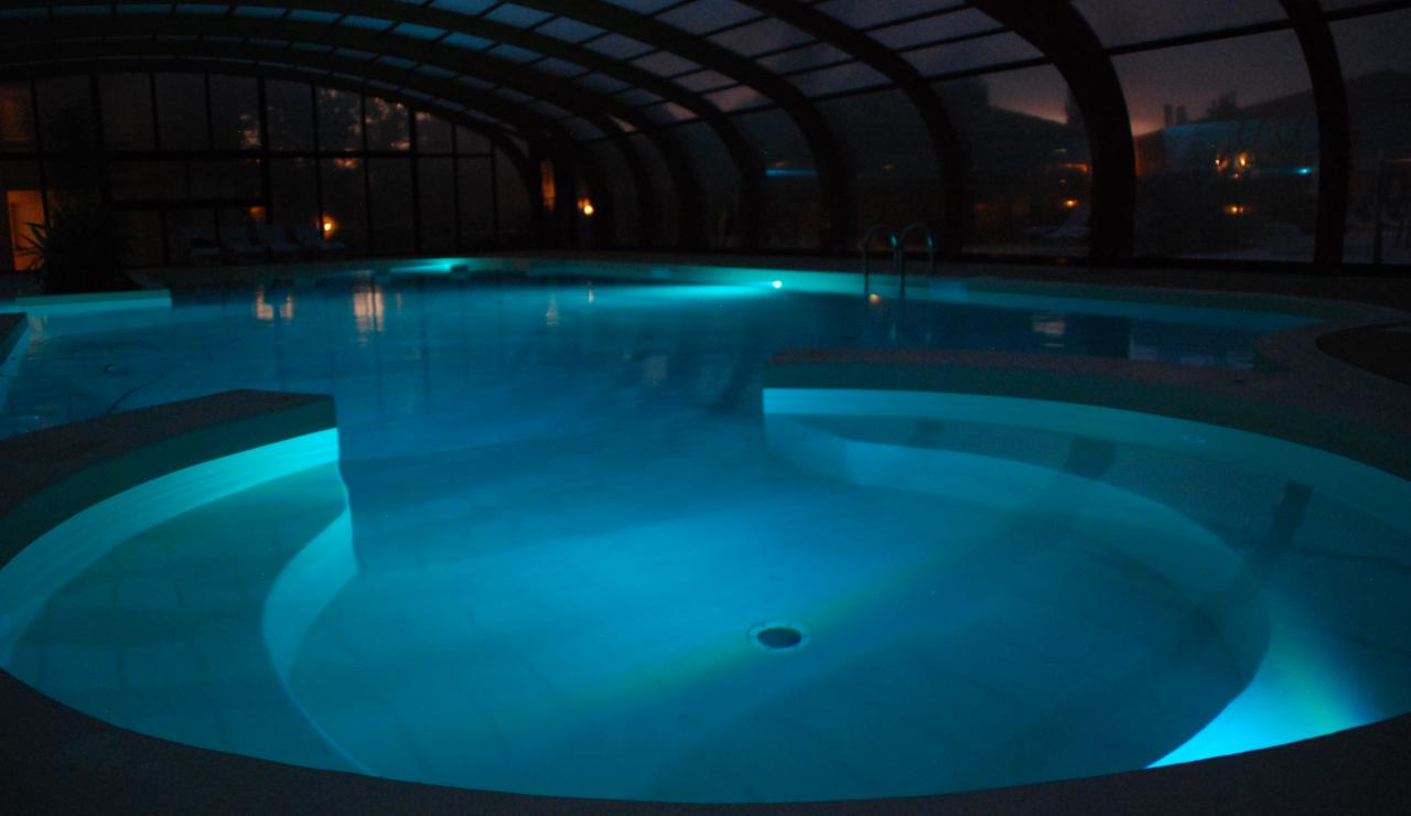cottages-du-lac-coverede-pool-at-night