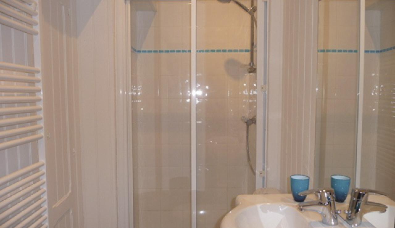 114 Cabane Mimbeau shower