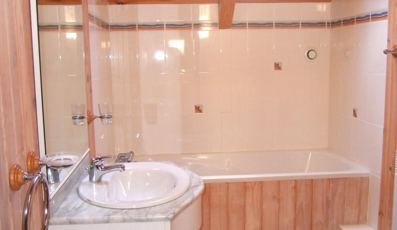 biscarrosse-villa-heated-pool-bathroom