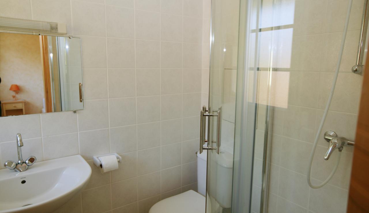 charming-bordeaux-vineyard-holiday-cottage-shower-3