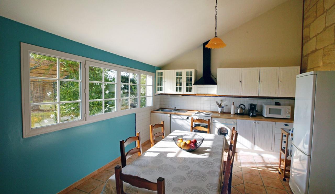 charming-bordeaux-vineyard-holiday-cottage-kitchen