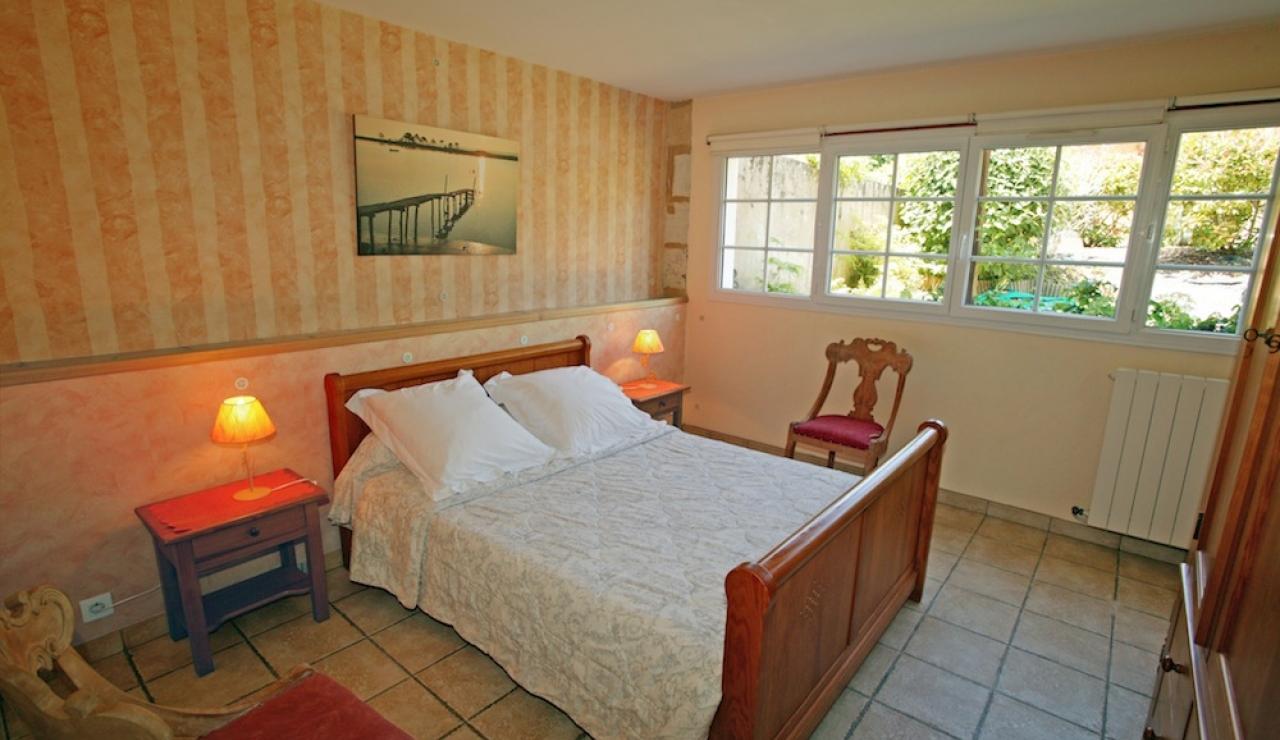 charming-bordeaux-vineyard-holiday-cottage-master-bedroom