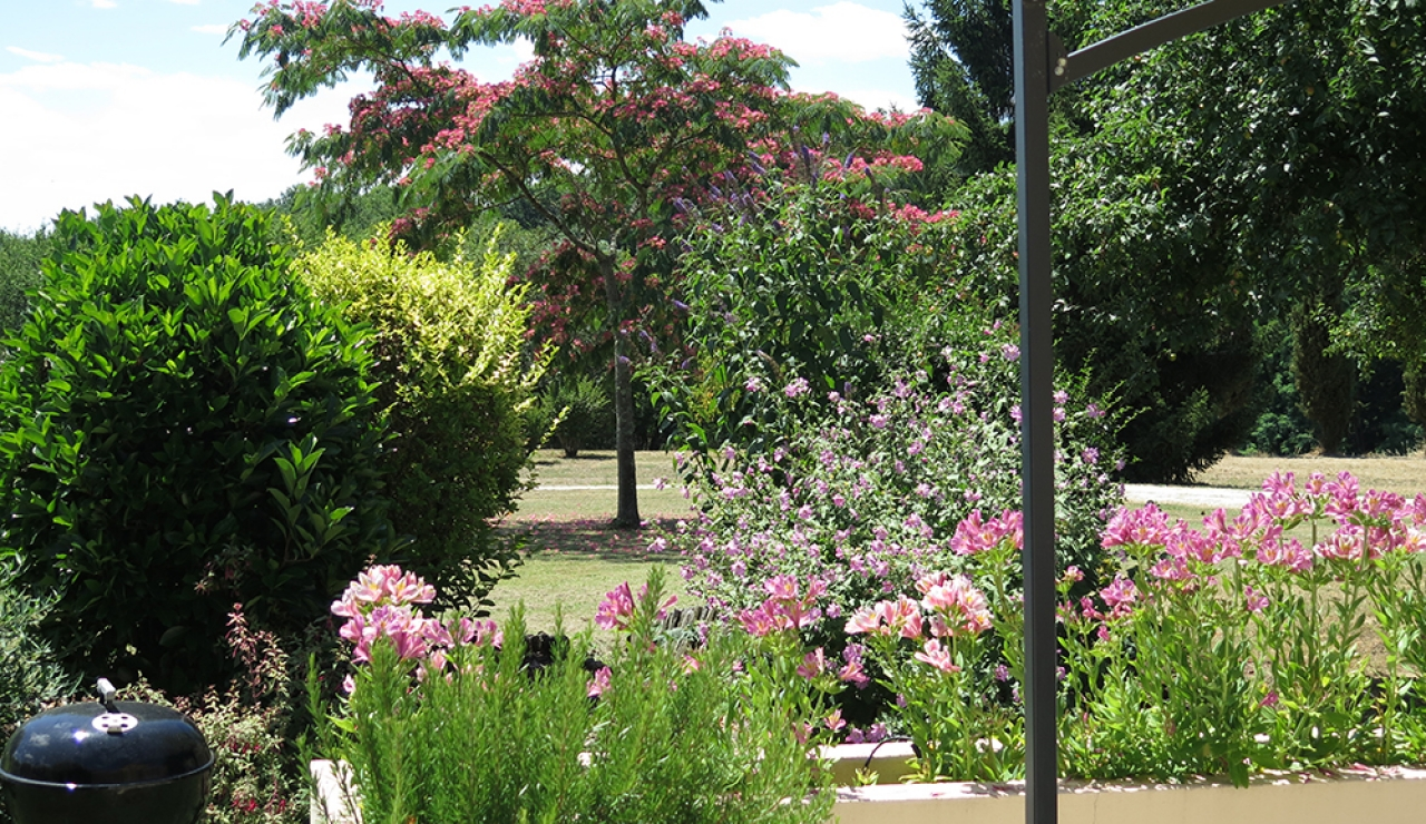 charming-bordeaux-vineyard-holiday-cottage-garden-views
