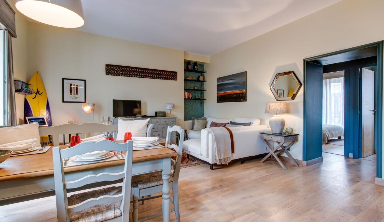 biarritz-apartment-petite-plage-living-dining-room