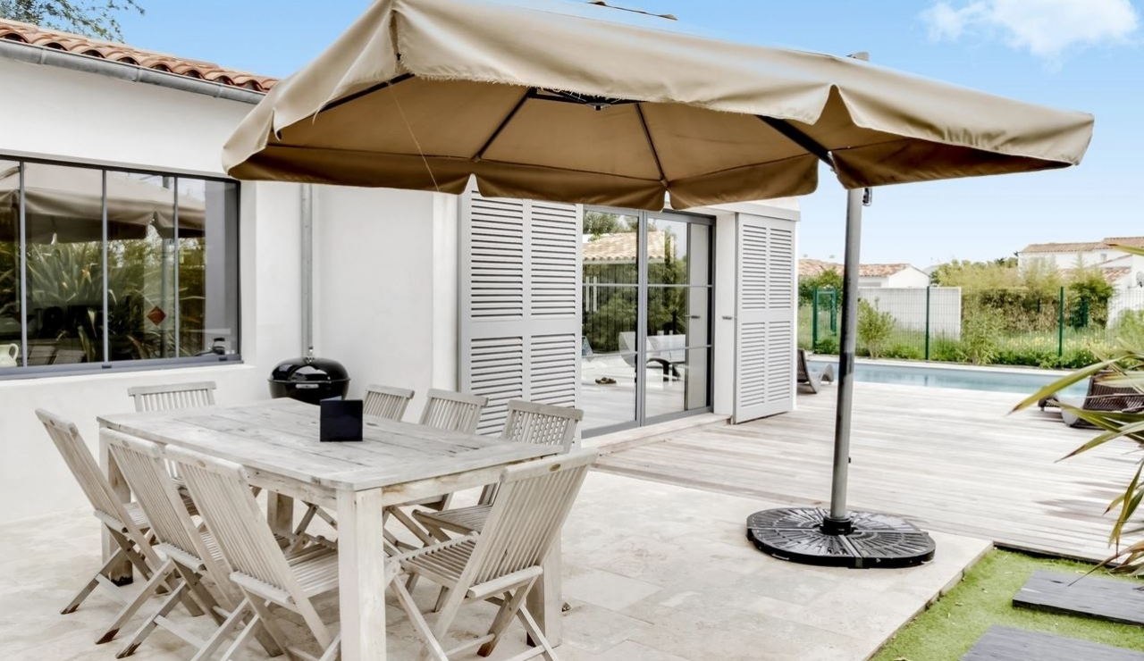 ile-de-re-pool-villa-outdoor-dining