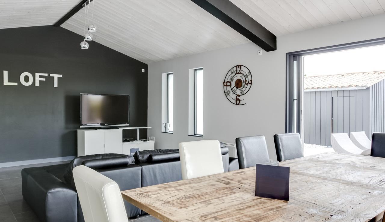 la-flotte-villa-dining-sitting