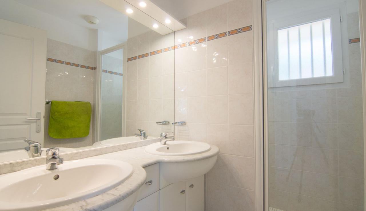 atlantic-green-lacanau-villa-shower-1