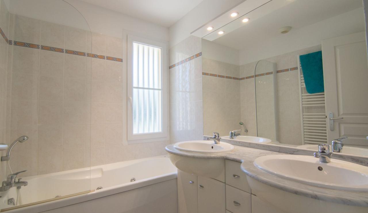 atlantic-green-lacanau-villa-bathroom