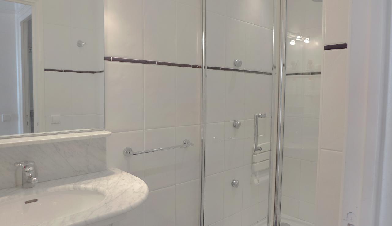 st-jean-de-luz-bay-view-apartment-shower-room
