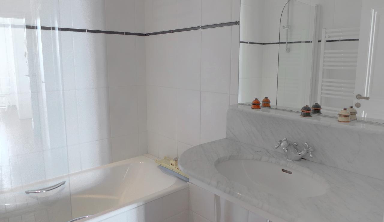 st-jean-de-luz-bay-view-apartment-bathroom