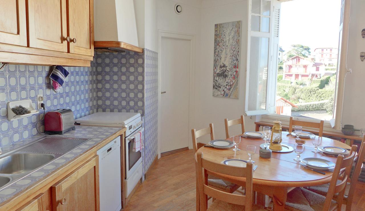 st-jean-de-luz-bay-view-apartment-kitchen