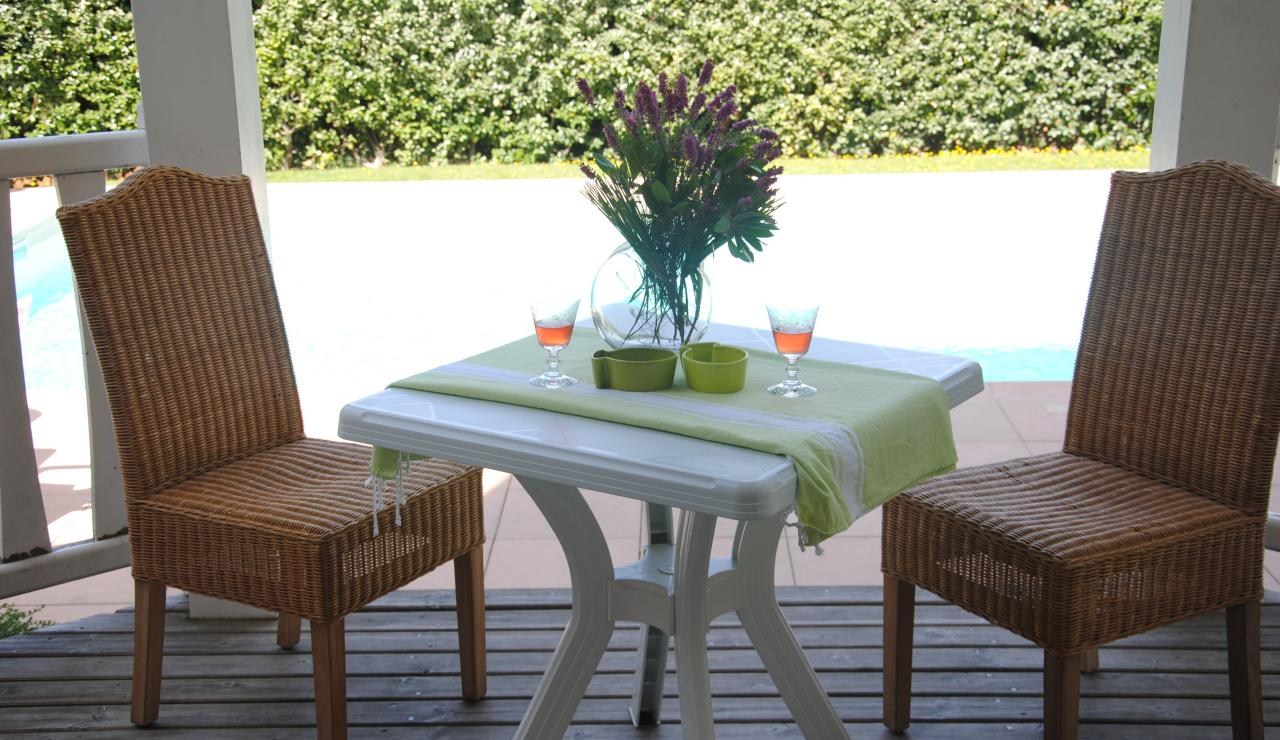 070 Villa Estival outside eating