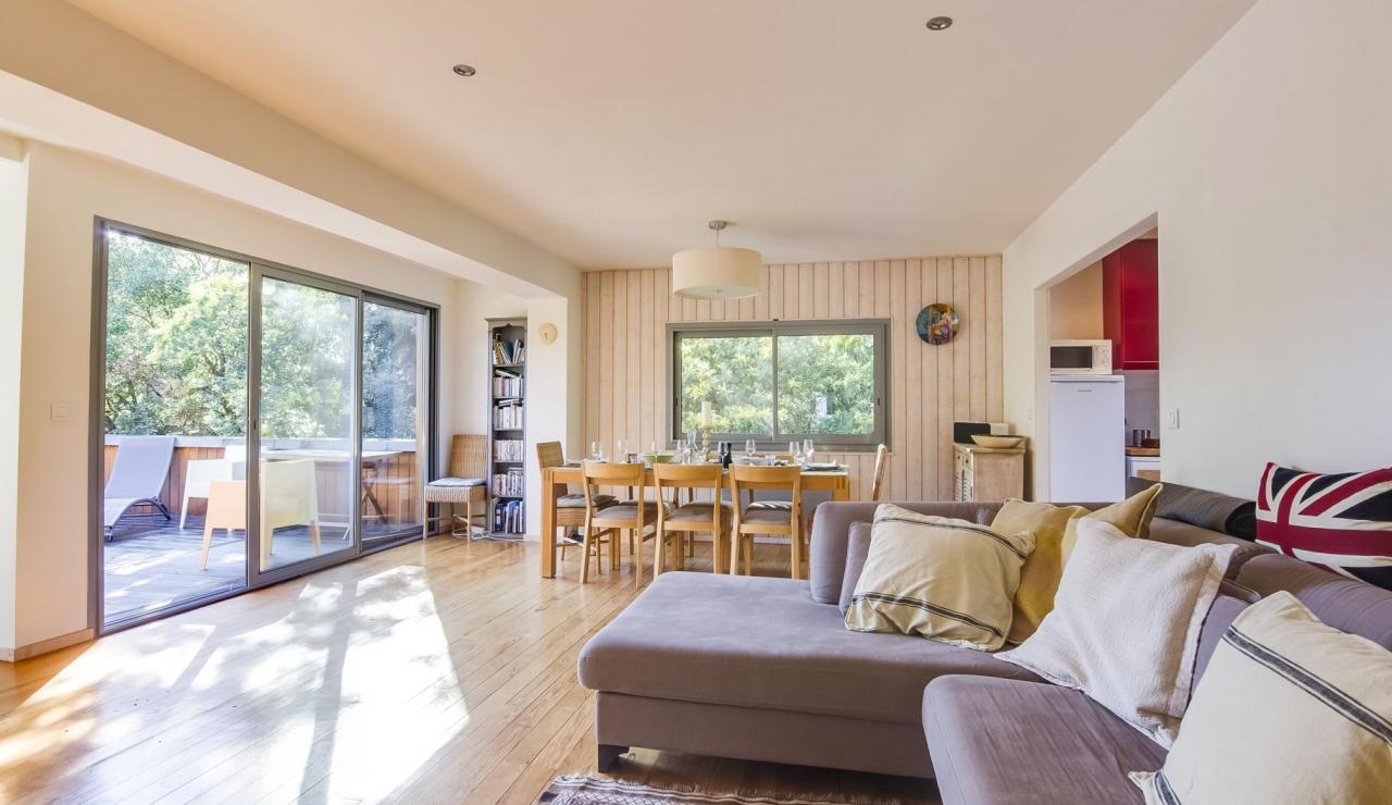 cap-ferret-walk-to-beach-house-living-dining-3