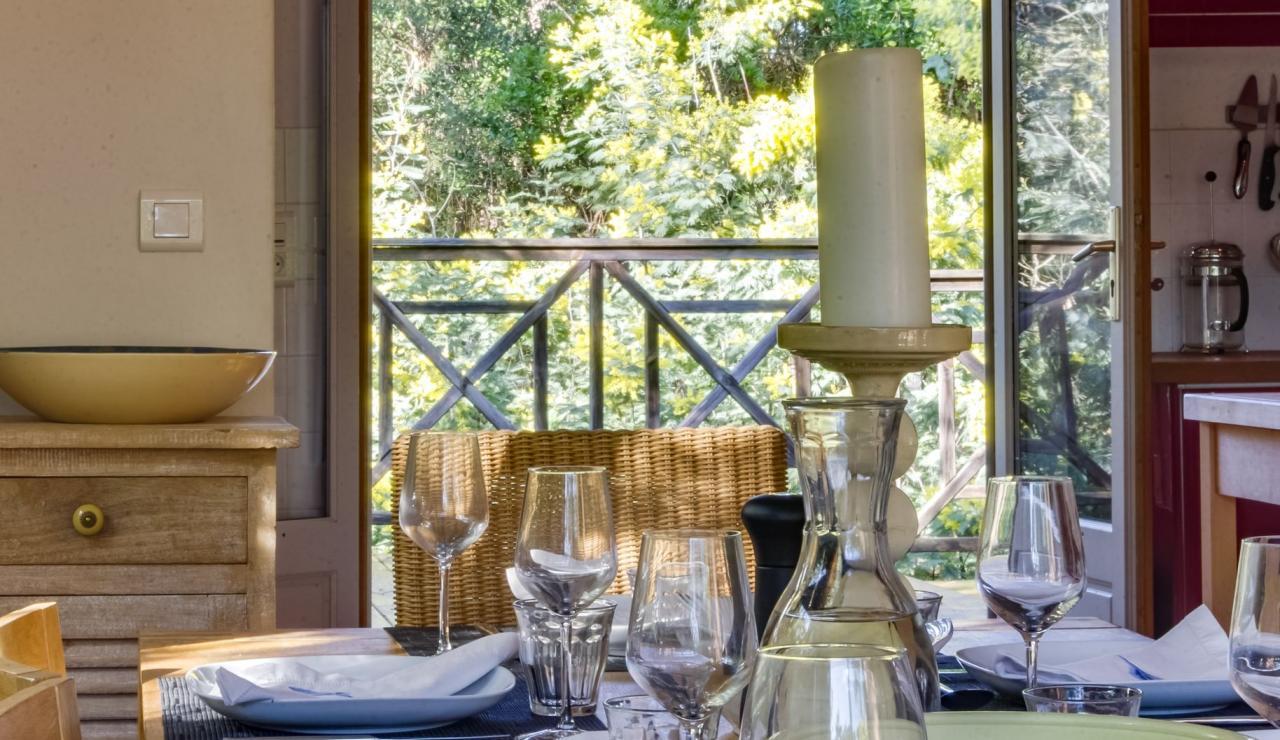 cap-ferret-walk-to-beach-house-dining-close-up