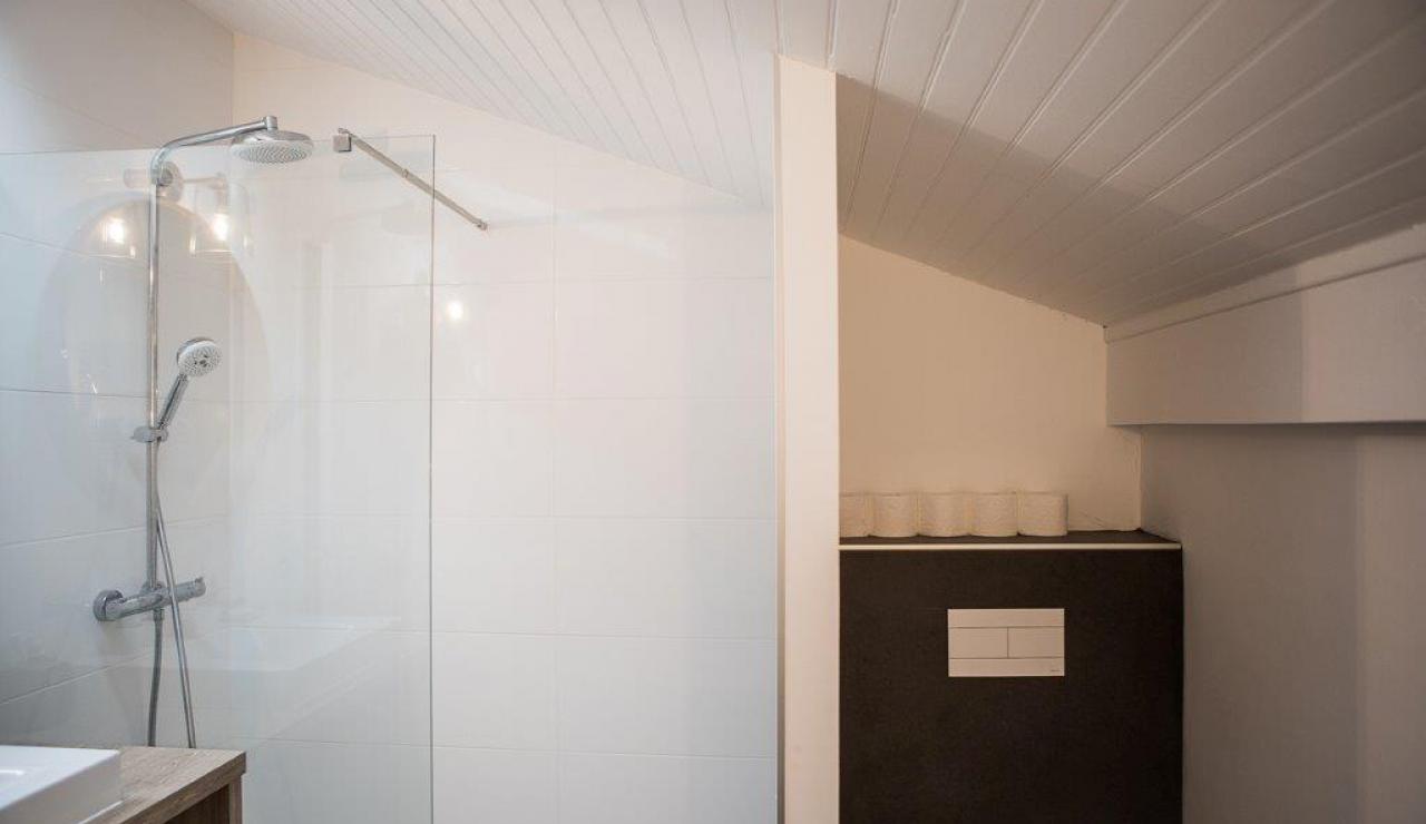hossegor-beach-villa-heated-pool-bathroom-2