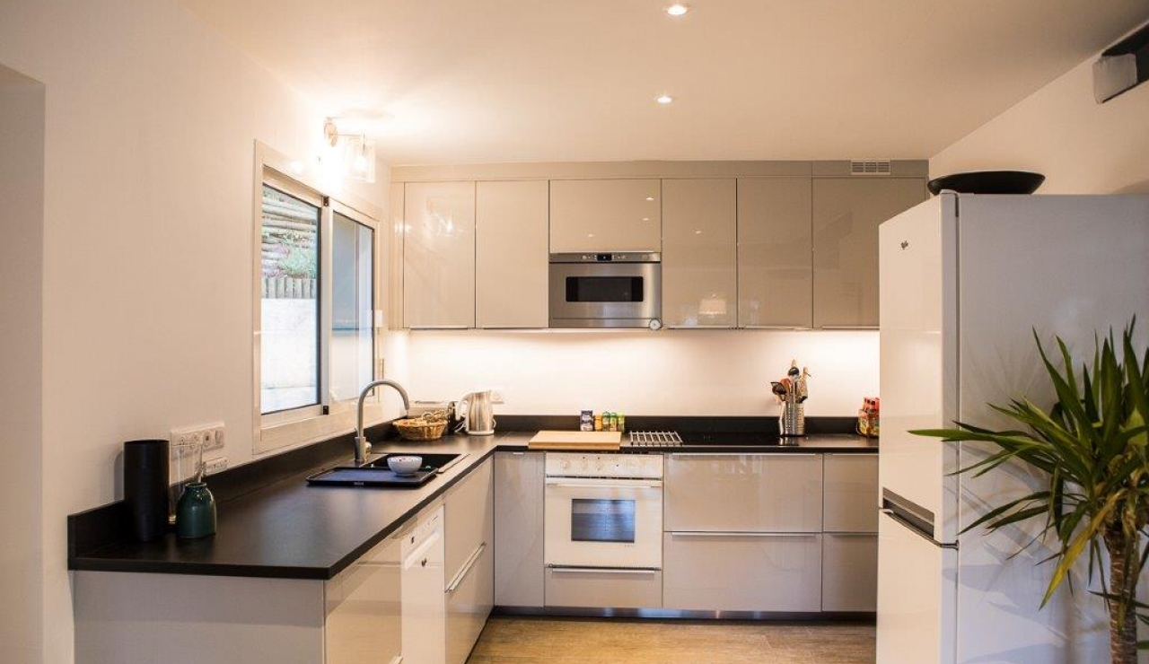 hossegor-beach-villa-heated-pool-kitchen