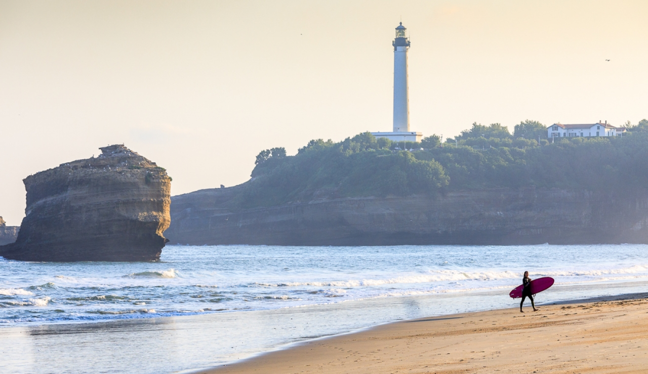 biarritz-la-grande-plage-and-lighthouse