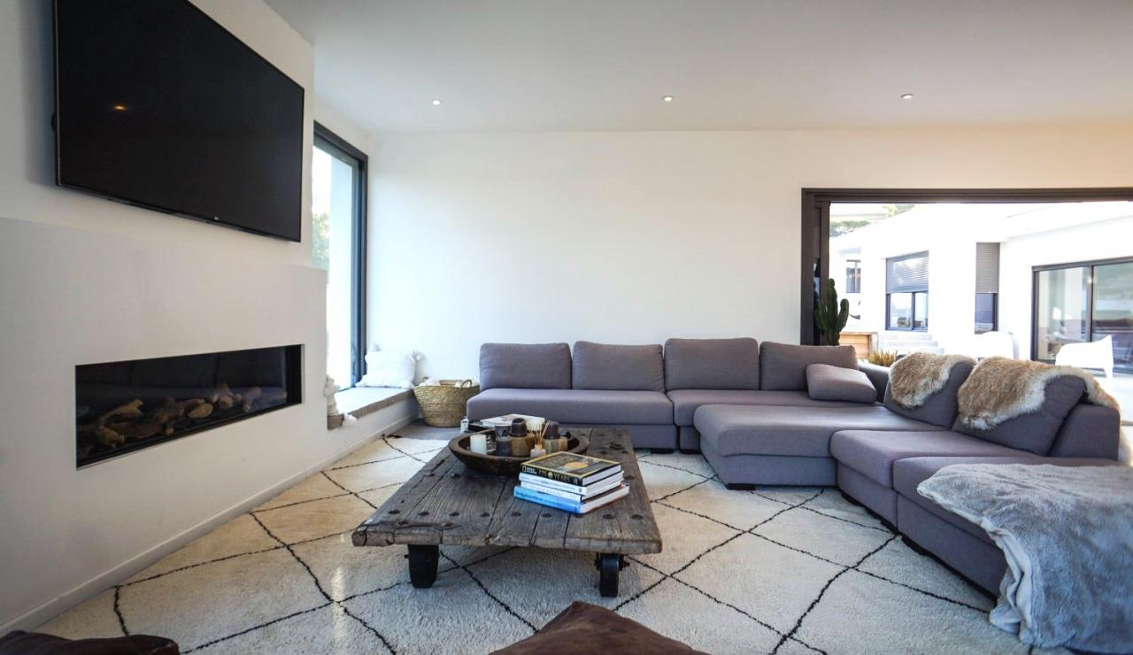 luxury-beach-villa-hossegor-france-tv-corner