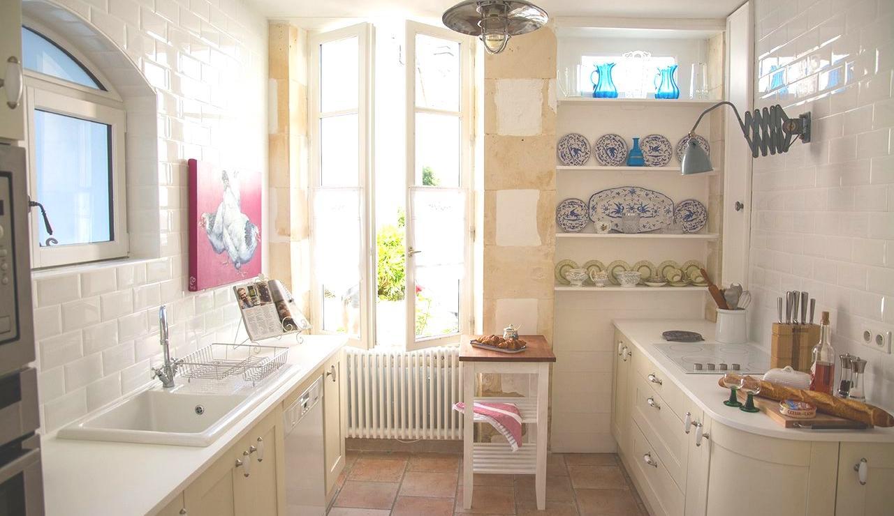 charming-ile-de-r-beach-cottage-kitchen