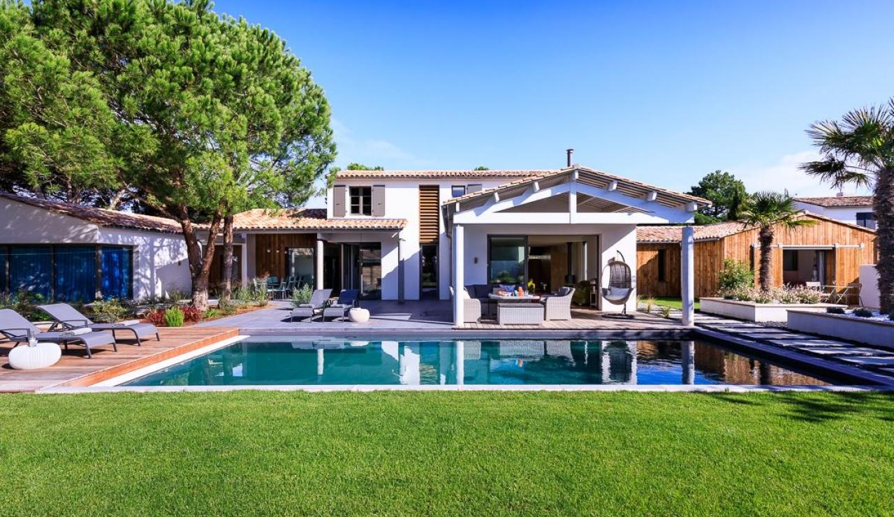 luxury-ile-de-r-villa-with-pool-facade