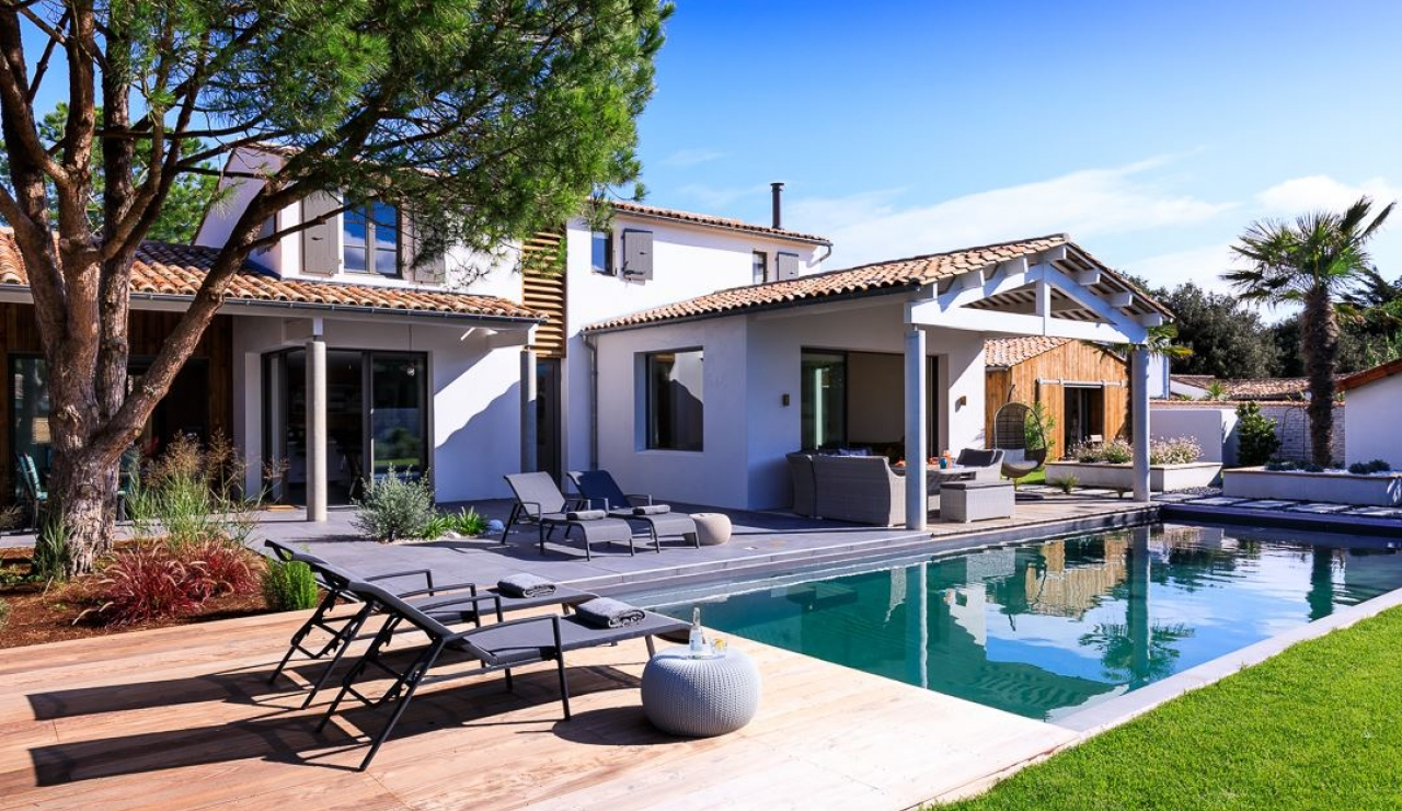 luxury-ile-de-r-villa-with-pool-summer-seating