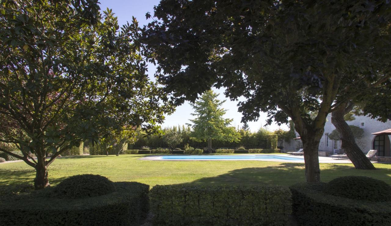 chateau-secret-garden-near-la-rochelle