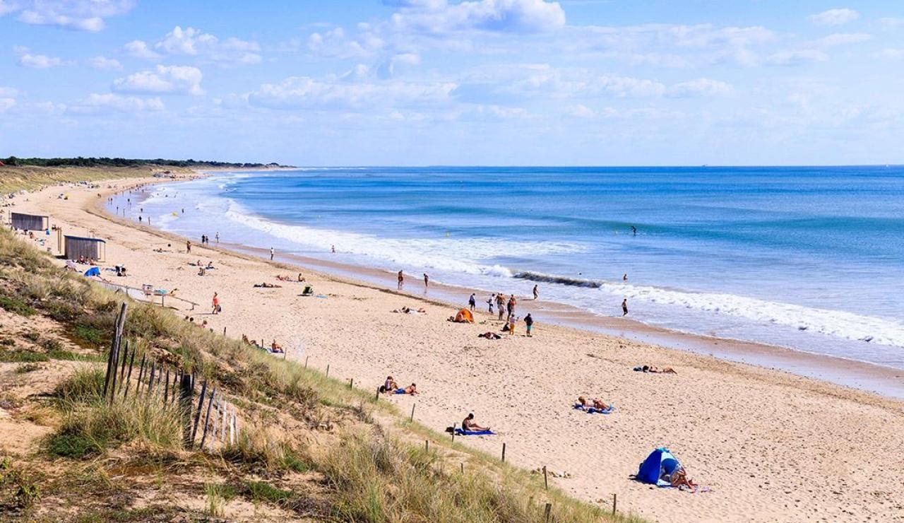 ile-de-r-walk-to-beach-cottage-local-beach