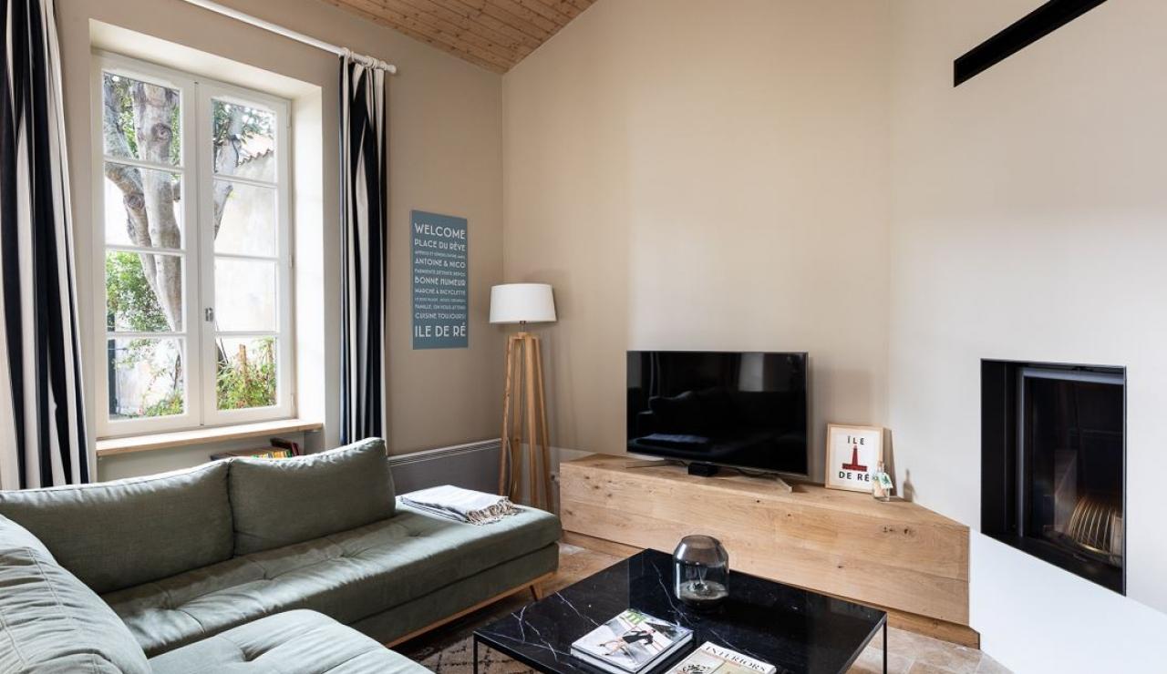 ile-de-r-walk-to-beach-cottage-living-room