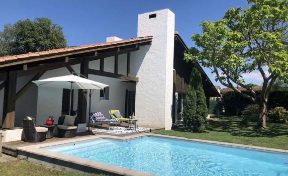 Excellent value Aquitaine coast villa with heated pool