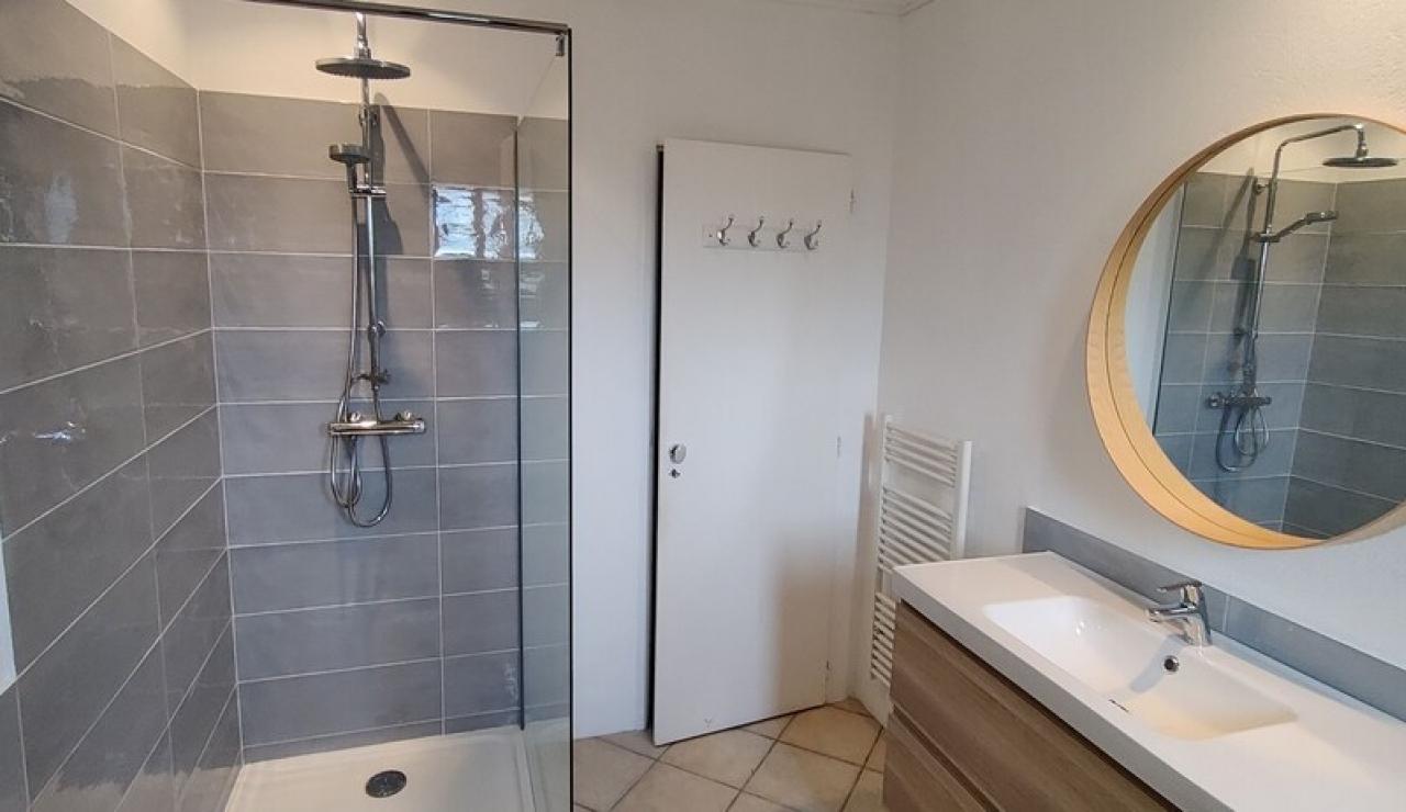 landes-villa-heated-pool-bathroom