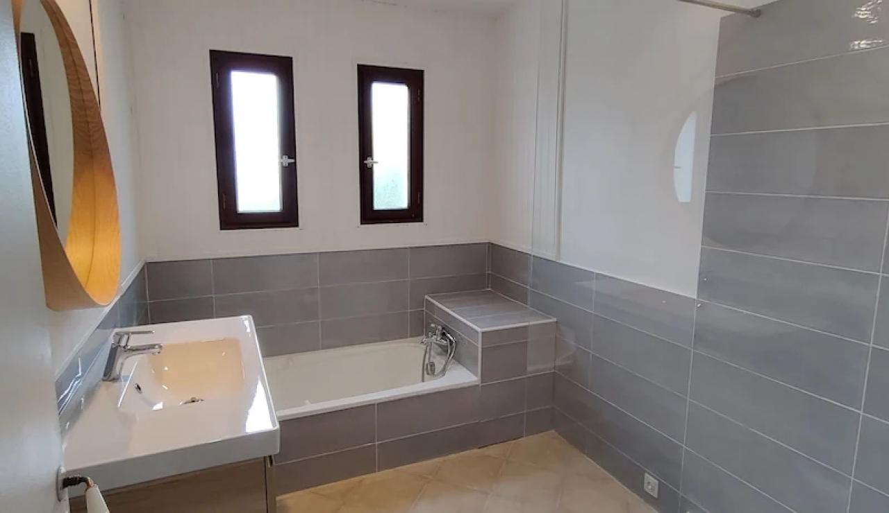 landes-villa-heated-pool-bathroom2