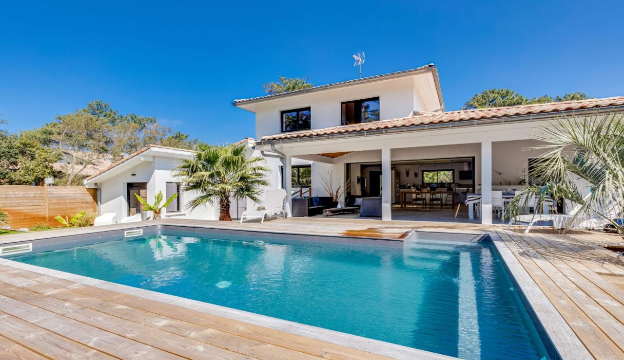 walk-to-beach-villa-estagnots-pool-angle-3