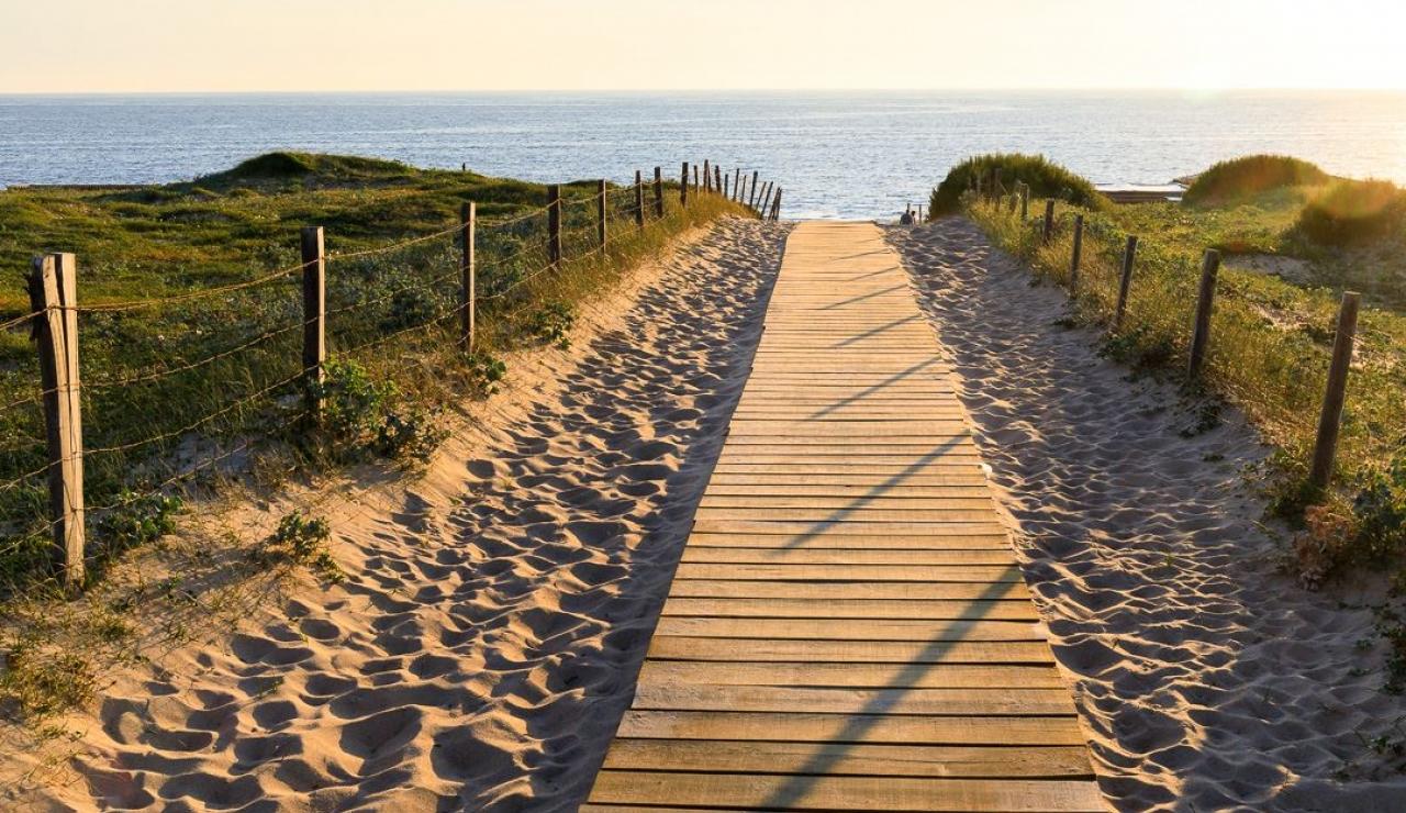 walk-to-beach-villa-estagnots-sunset-boardwalk