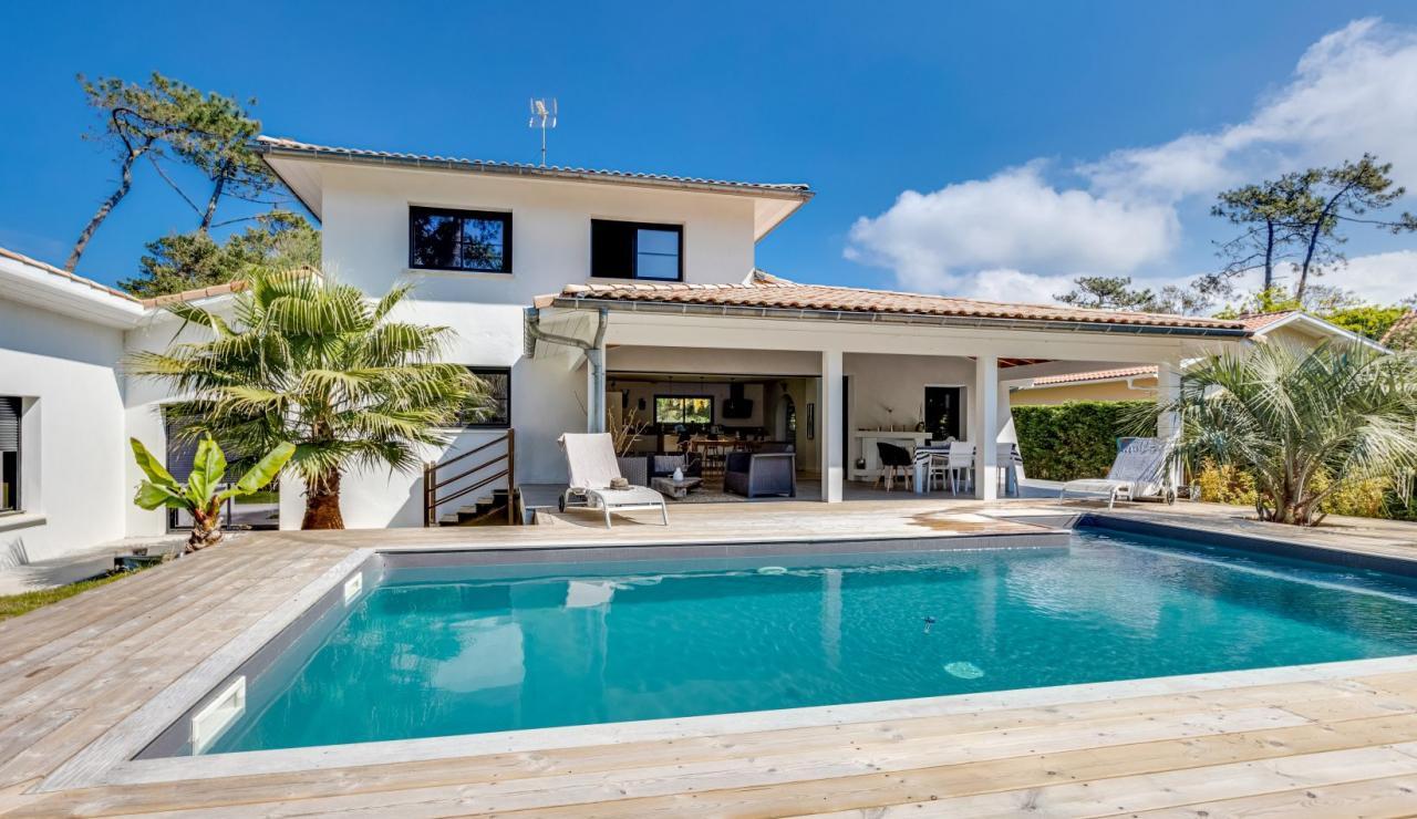 walk-to-beach-villa-estagnots-pool-angle-2