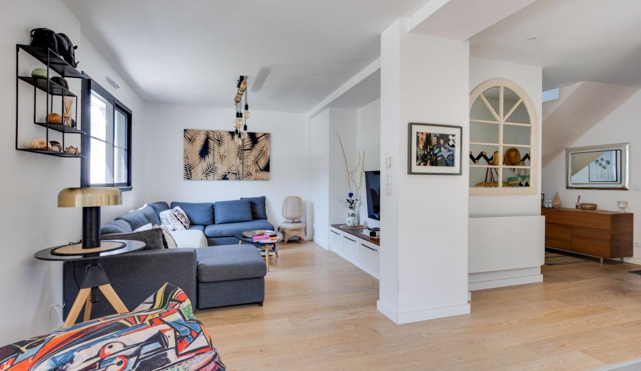 walk-to-beach-villa-estagnots-hall-tv-room